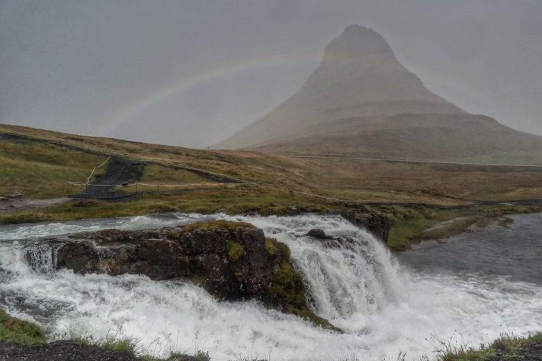 Island Kirkjufell und Kirkjufellsfoss