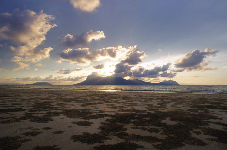Sonnenuntergang am Strand im Bako Nationalpark