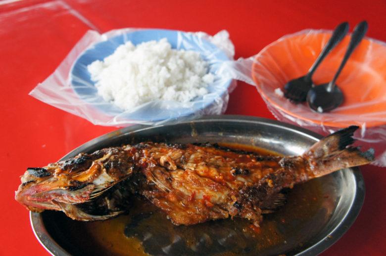 frisch gebratener Fisch mit Reis