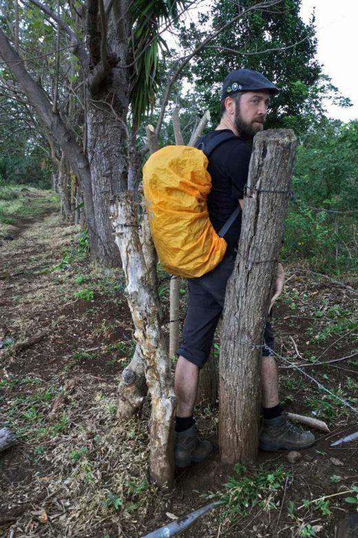Trekking Vulkan Maderas - durch Zäune hindurch