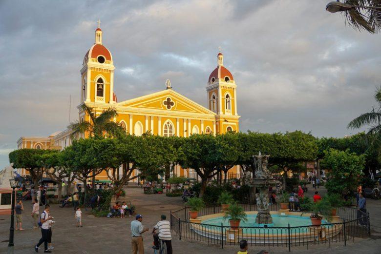 Kathedrale und Parque Central in Granada