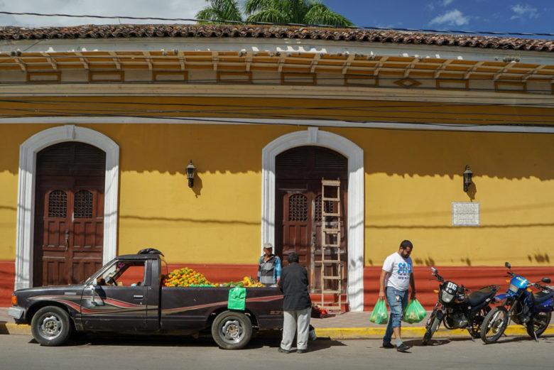 Obstverkäufer vor einem Kolonialhaus