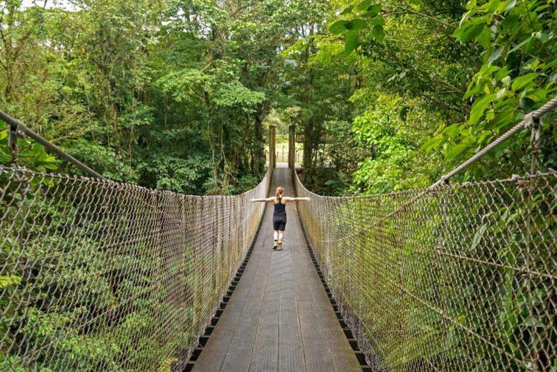 Hängebrücke im Park der Observatory Lodge