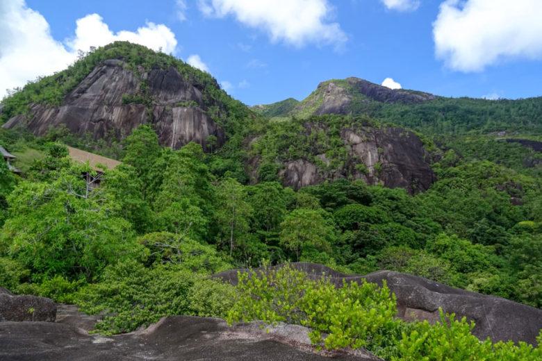 Wanderung im Dschungel an Granitfelsen