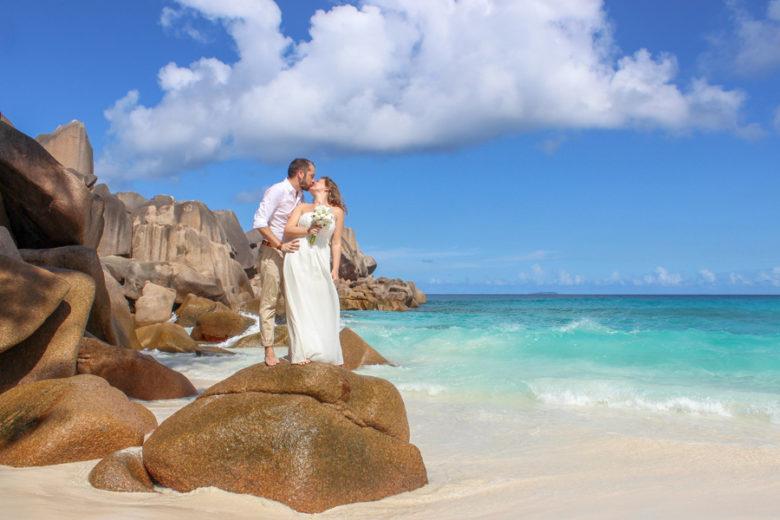 Traumhochzeit Seychellen_Brautpaar auf Granitfelsen
