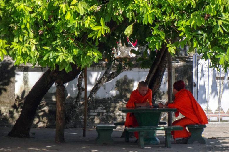 Mönche im Tempel in Luang Prabang