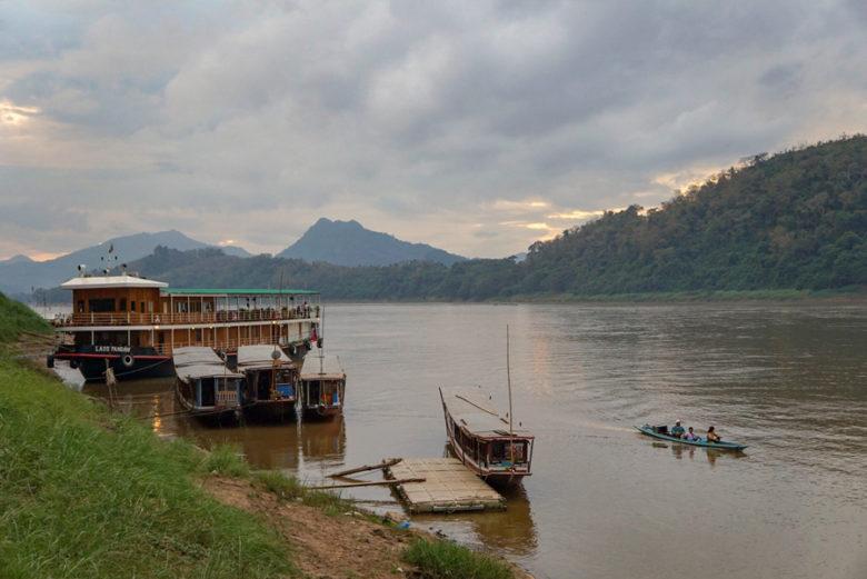 Boote auf dem Mekong zu Sonnenuntergang