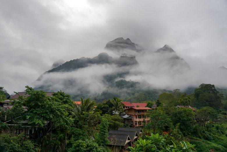 Nebel in den Bergen von Nong Khiaw