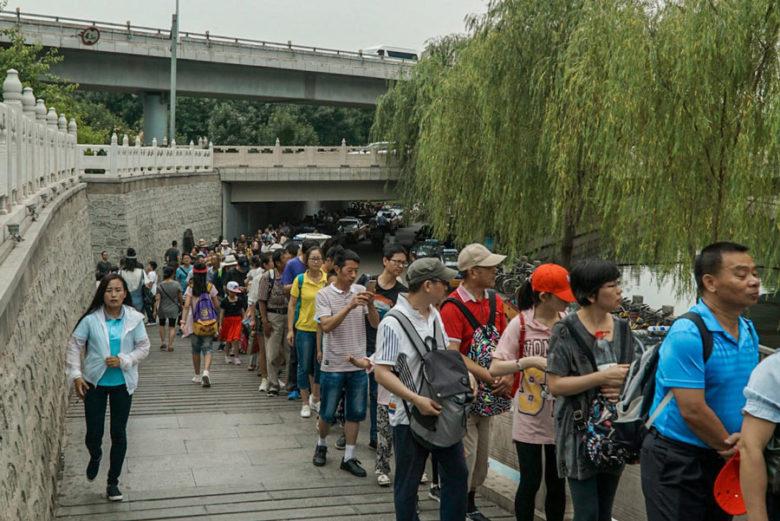 Schlange am Bus in Peking zur Großen Mauer