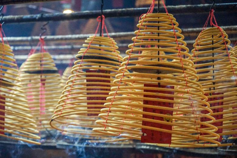 Räucherspiralen im Mon Mo Tempel