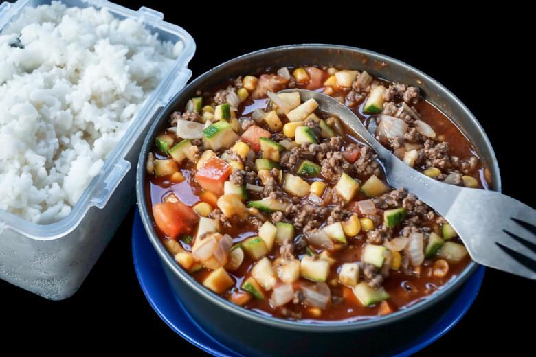 Outdoor Rezept: Gemüse-Hack-Topf mit Reis