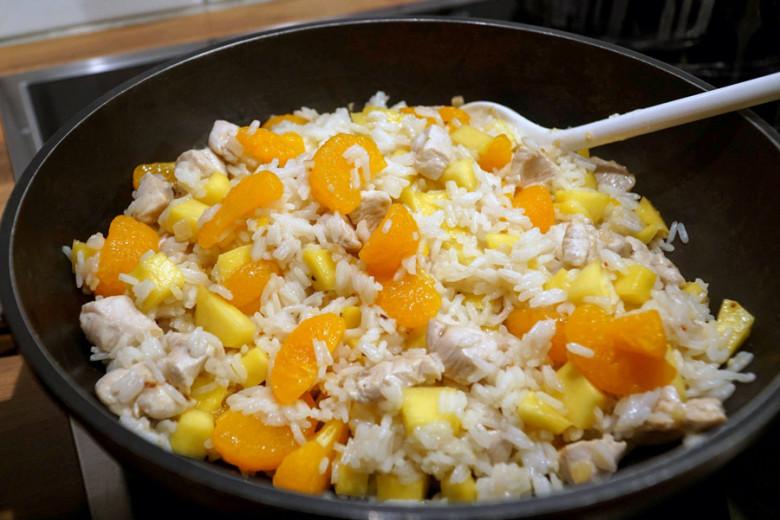 Outdoor Rezept: Hühnchen-Reispfanne mit Mango und Mandarine