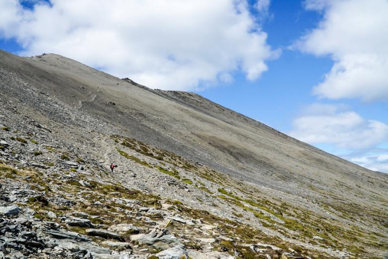 Aufstieg bei Wanderung über Geröll