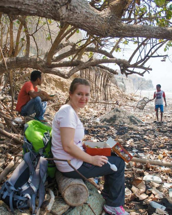 Flores Indonesien verschmutzte Strände