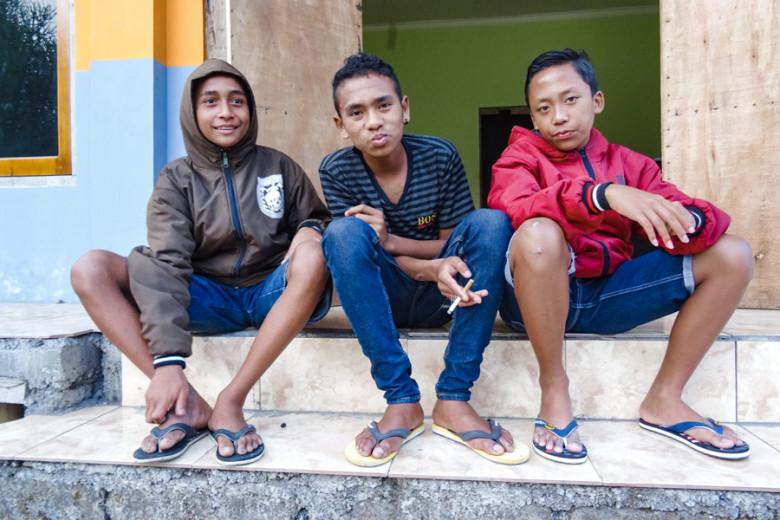 Flores Indonesien rauchende Kinder