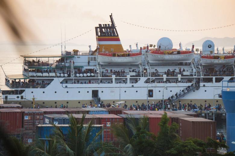 Flores Indonesien überfülltes Schiff