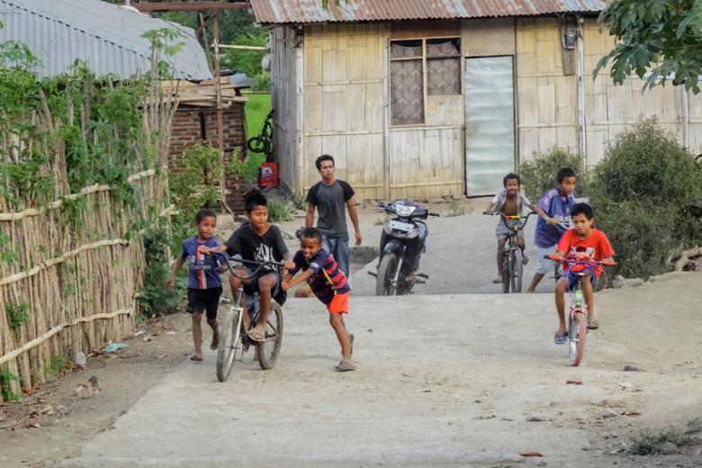 Flores Indonesien spielende Kinder in Moni